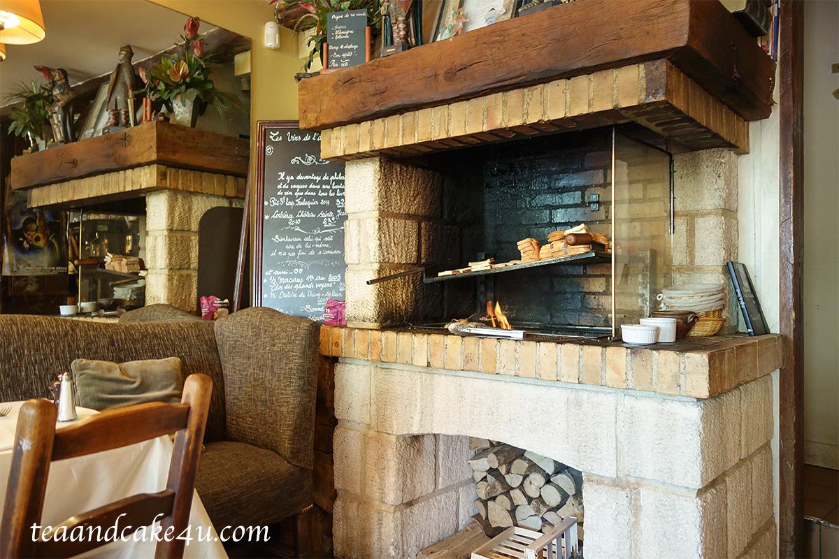 奥の薪の暖炉でパンを温めています