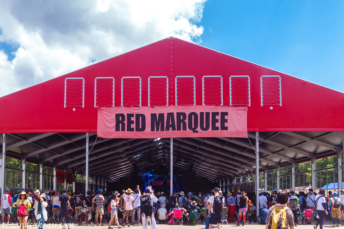 青空に映える赤いテント